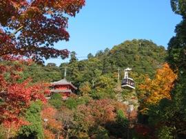 秋の三重塔