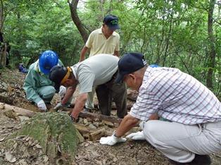 石や土砂を使って仕上げ作業