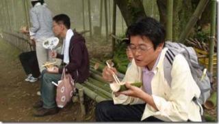 竹の皿で食事